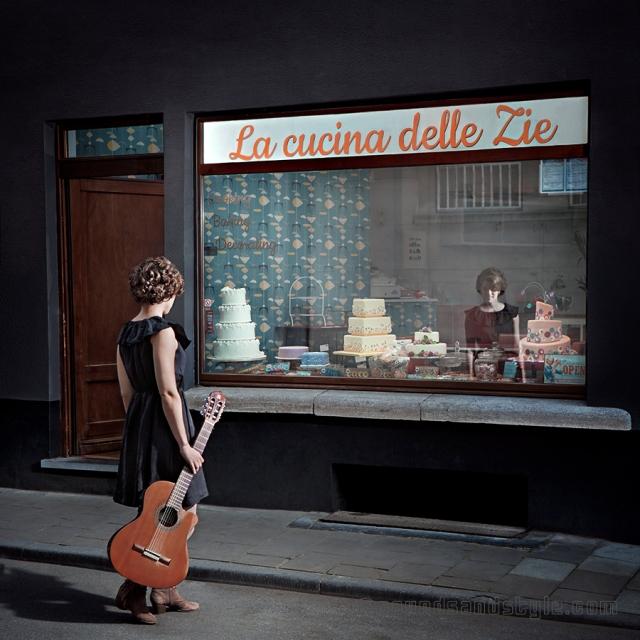 Pia Savia en robe Bellerose devant La Cucina Delle Zie!