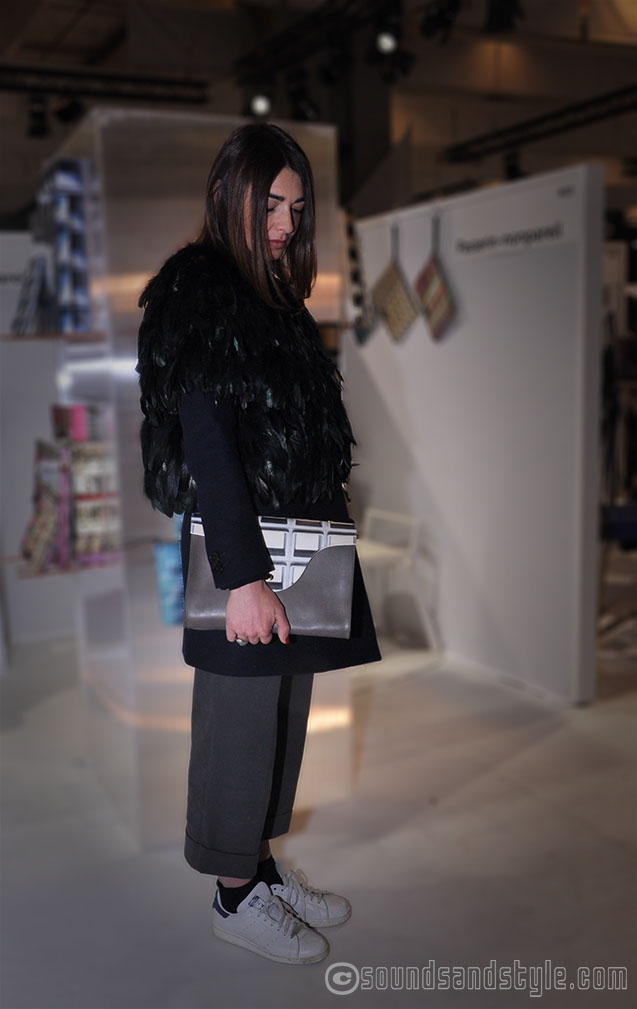 I love the outfit of Francesca, her feather collar on jacket with boyish trousers and Addidas!